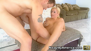 Muscular guy is fucking Mariah Madysinn