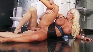 Dazzling blonde MILF Alura Jenson makes sensuous blowjob