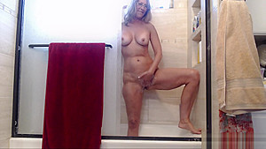 Hot Mom Jess Ryan Shaves Bush and Shows Off Bald Pussy